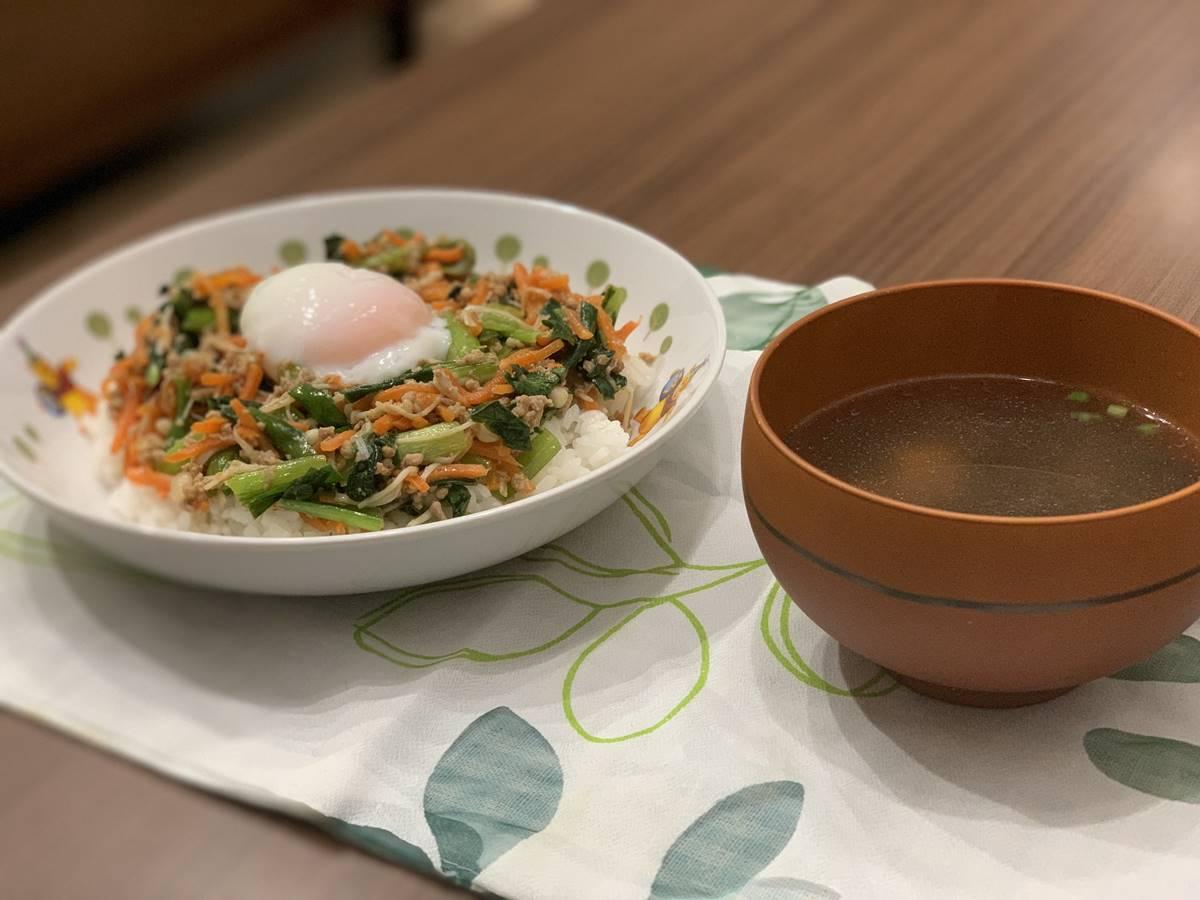 「そぼろと野菜のビビンバ」と「韓国風スープ」