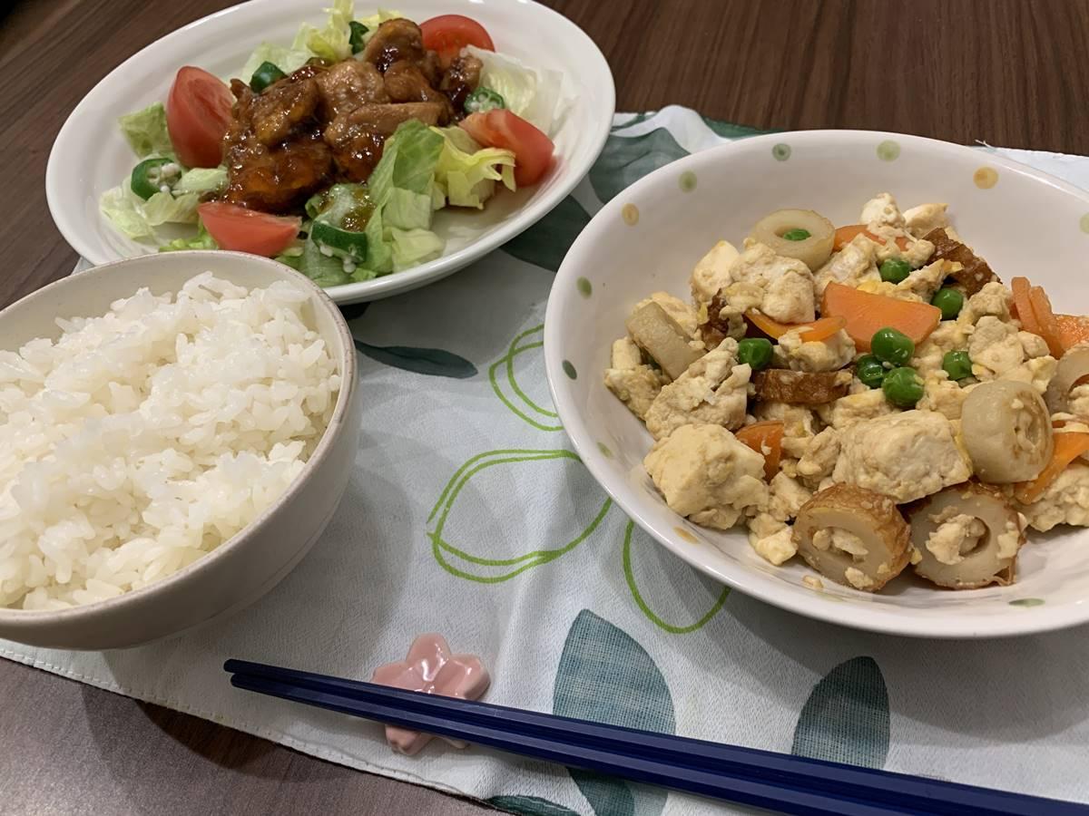 「キラキラ照り焼きチキン」と「いり豆腐」の盛り付け写真
