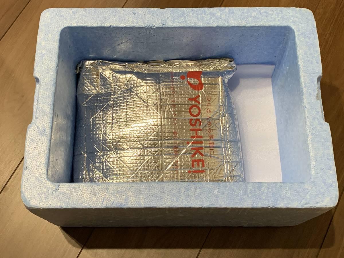 保冷シートに包まれた冷凍食品