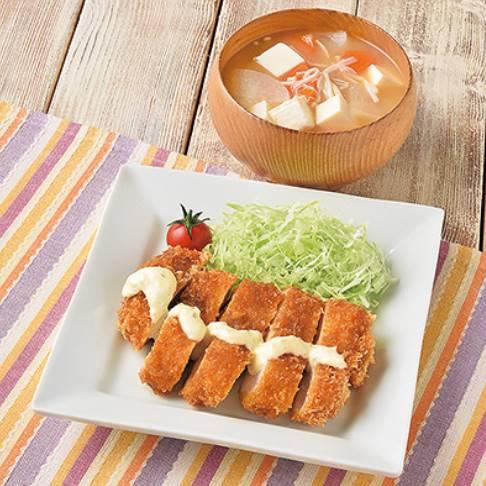 「タルタルチキンたれカツ」と「豆腐とえのきのおみそ汁」