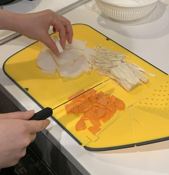野菜と豆腐をカット