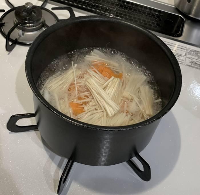 調理中の味噌汁