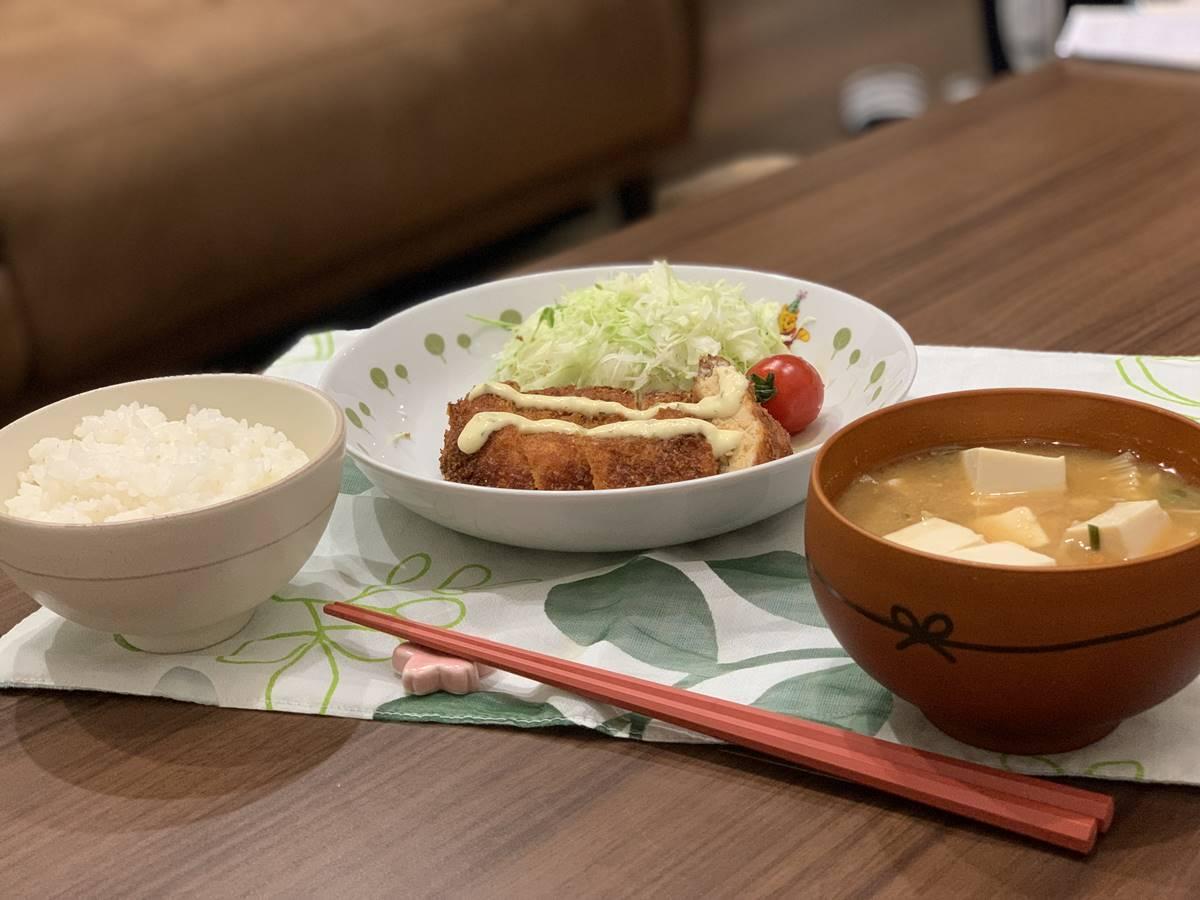 「タルタルチキンたれカツ」と「豆腐とえのきのおみそ汁」の盛り付け写真