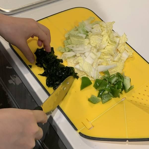 野菜とわかめをカット