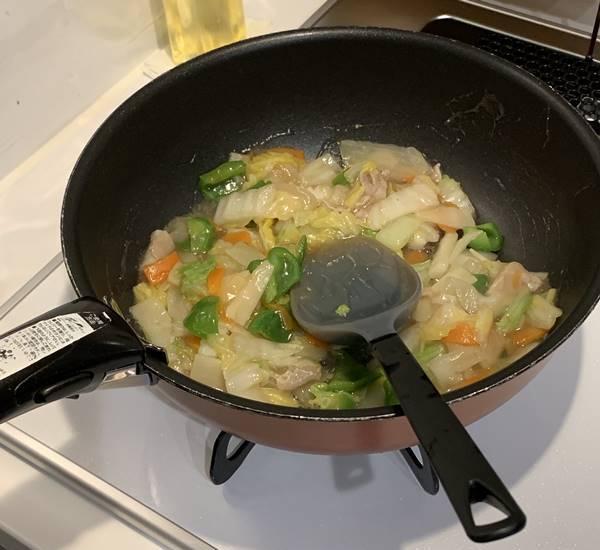 八宝菜の素を加えて炒める