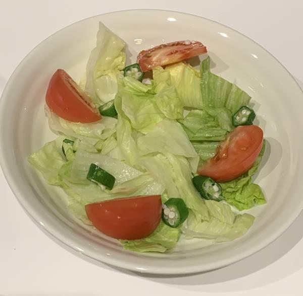 レタス・トマト・オクラをお皿へ盛り付け