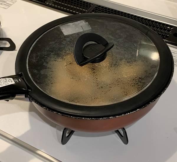 鍋蓋をして鶏ムネ肉を加熱