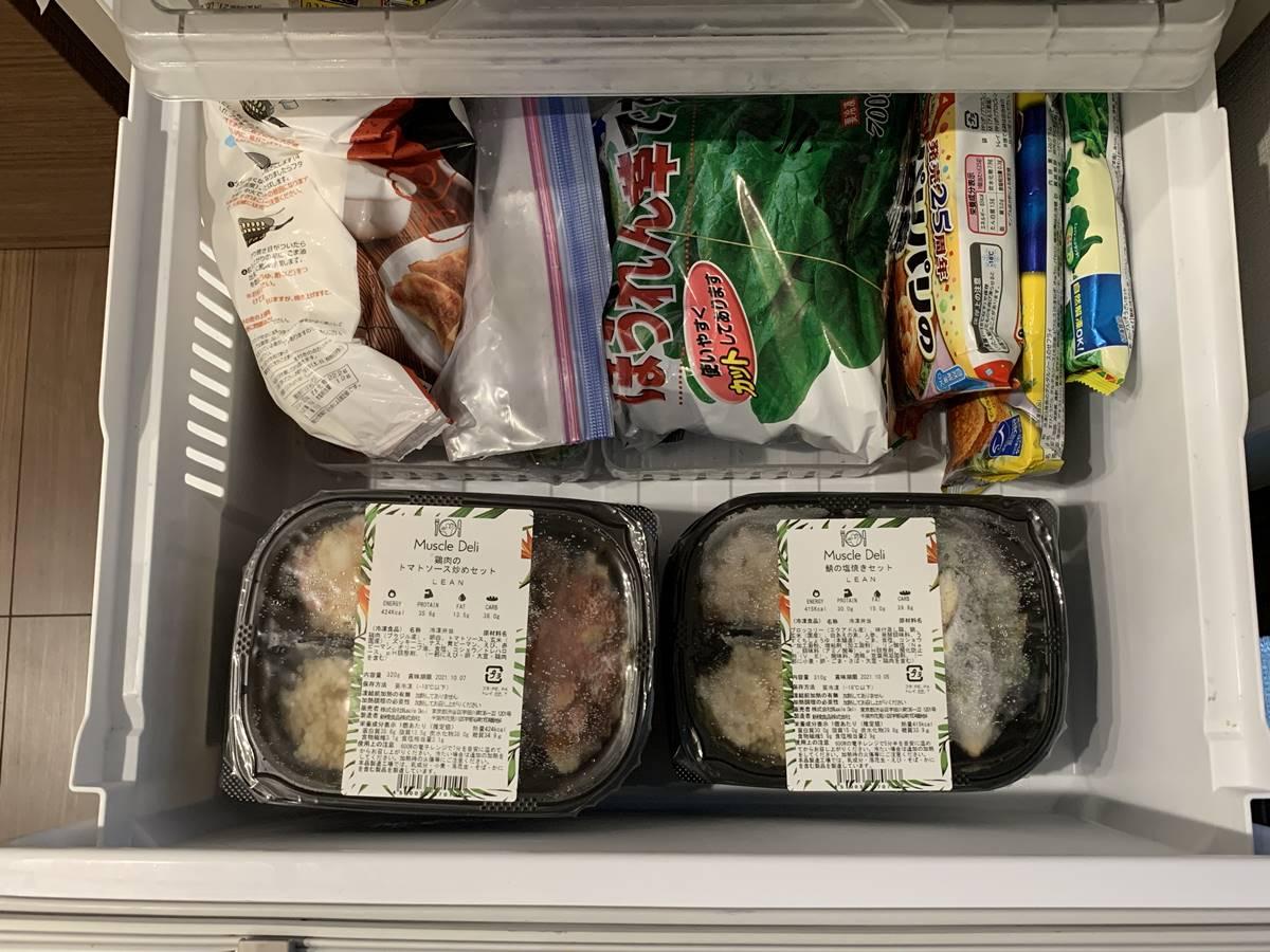 横置きでお弁当を冷凍庫に入れた写真