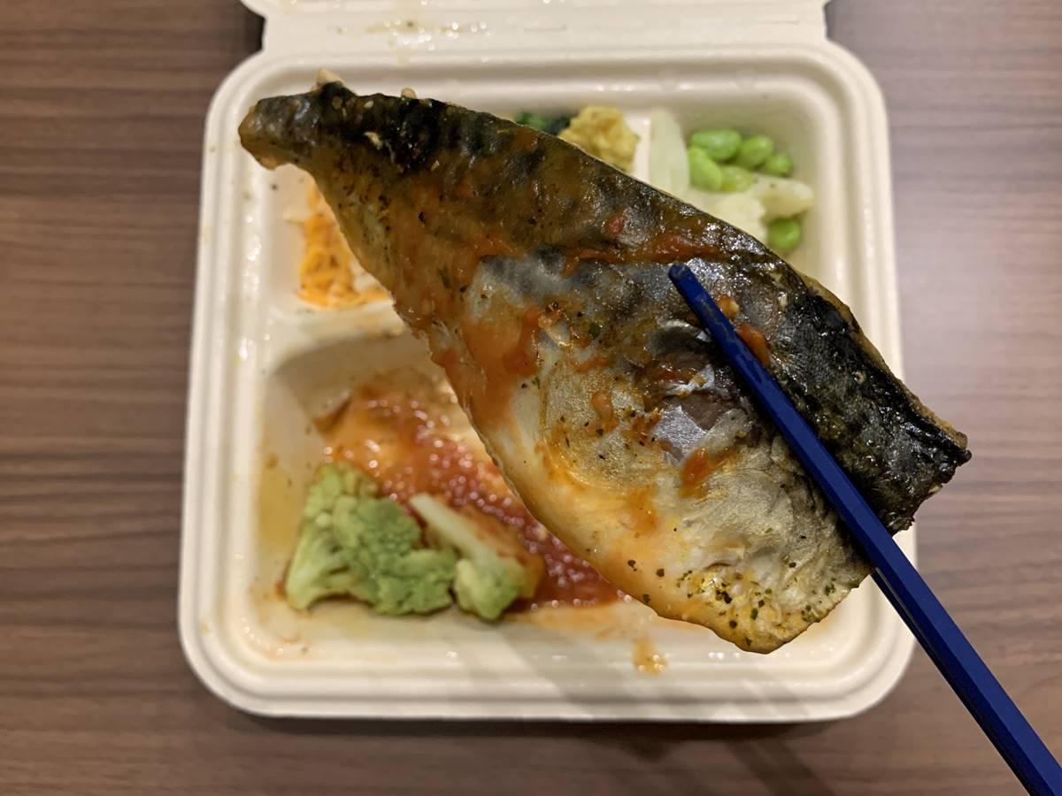 「サバのバジルトマトソース添え」の鯖