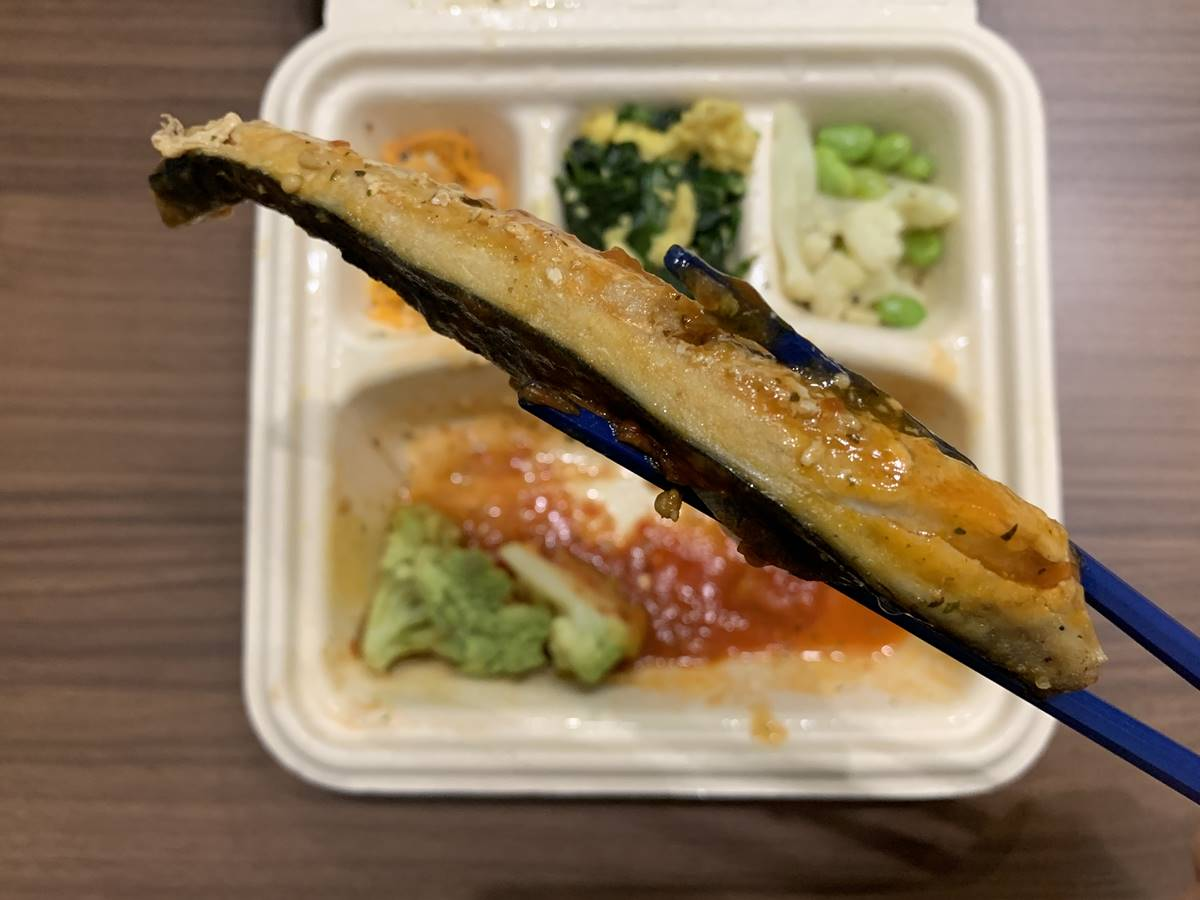 横から見た「サバのバジルトマトソース添え」の鯖